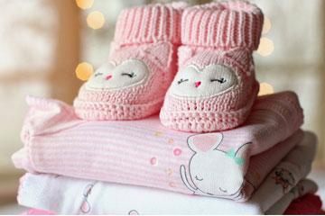 Soñar con ropa de bebé